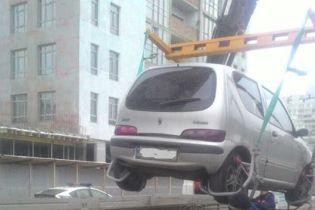У Києві патрульні евакуювали уже 12 автівок порушників