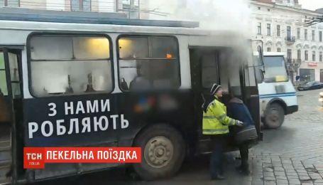 Опасное путешествие: троллейбус с пассажирами загорелся в Черновцах