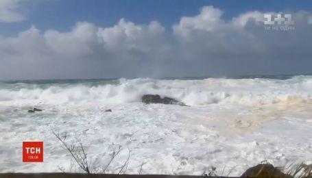 Гавайи накрыл мощный шторм и снегопады