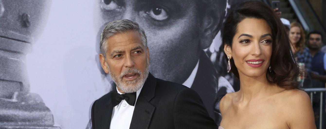 На фоне слухов о разводе Джордж и Амаль Клуни вместе посетили вечеринку Энистон