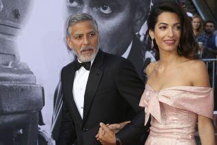 На тлі чуток про розлучення Джордж і Амаль Клуні разом відвідали вечірку Еністон