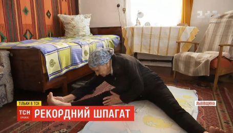 На шпагат ніколи не пізно: 93-річна бабуся з Львівщини демонструє дива розтяжки