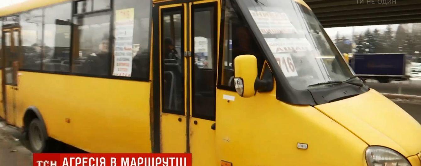 В Киеве водитель с руганью вытолкал из маршрутки подростка-льготника