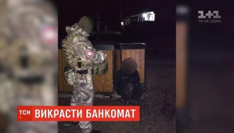 На Волині поліція затримала чоловіків, які намагалися вкрасти з банкомата 600 тисяч гривень