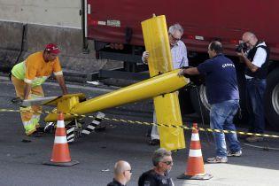 В Бразилии на автомагистраль упал легкомоторный самолет. Погиб известный журналист