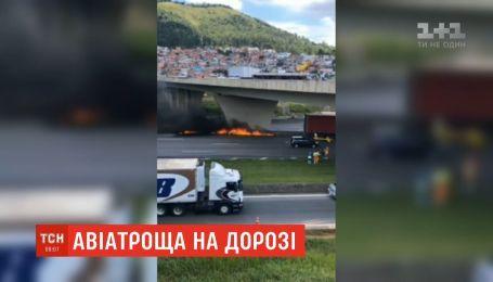 На автомагистрали в Бразилии легкомоторный самолет упал на грузовик и загорелся