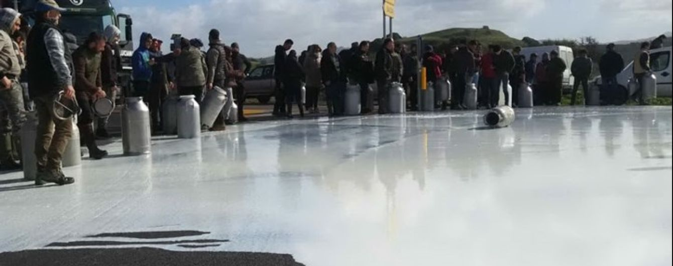 Молочный протест: на итальянском острове Сардиния фермеры выливают приготовленное молоко из-за низких цен