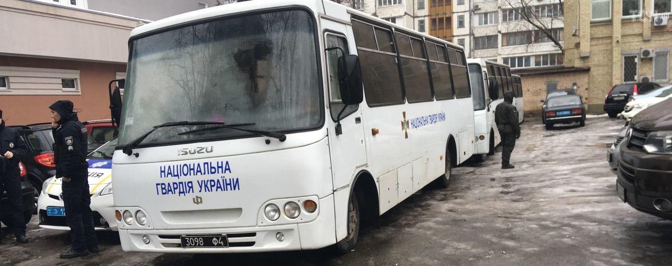 К суду над Мангером подогнали автобусы Нацгвардии