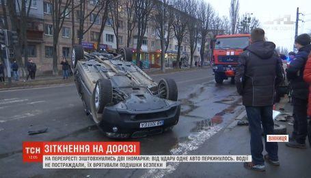 У Вінниці на перехресті від удару з іномаркою перекинувся легковик