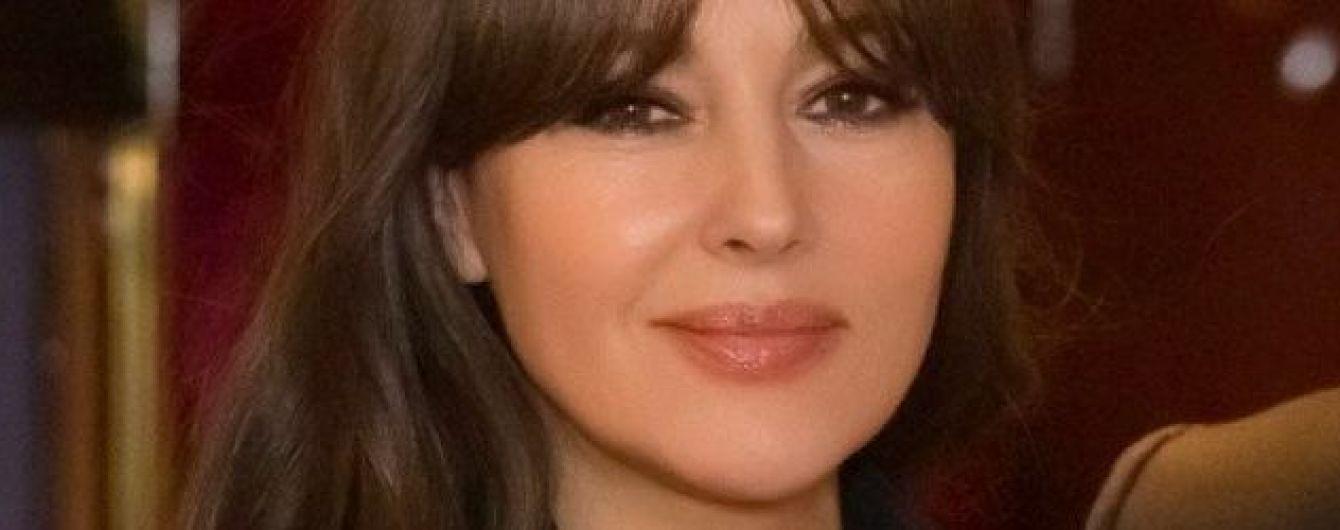 Моніка Беллуччі у шкіряному плащі продемонструвала стрункі ноги