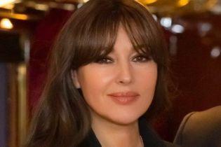 Моника Беллуччи сверкнула пышной грудью в прозрачном платье