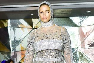 В халаті та прозорій сукні: Ешлі Грем вийшла на подіумі на Тижні моди в Нью-Йорку