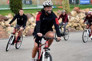"""Футболісти """"Ліверпуля"""" поганяли на велосипедах у Марбельї, Окслейд-Чемберлен потренувався з командою"""