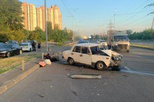 У Києві водій заснув за кермом і влетів у відбійник, травмовані двоє неповнолітніх
