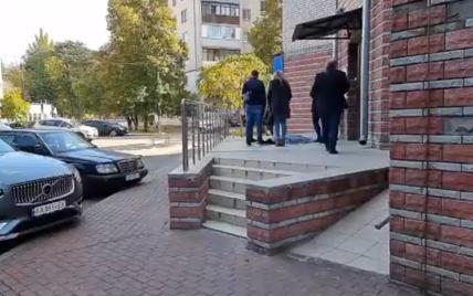 В Киеве 13-летняя девочка выпала с 10 этажа: видео