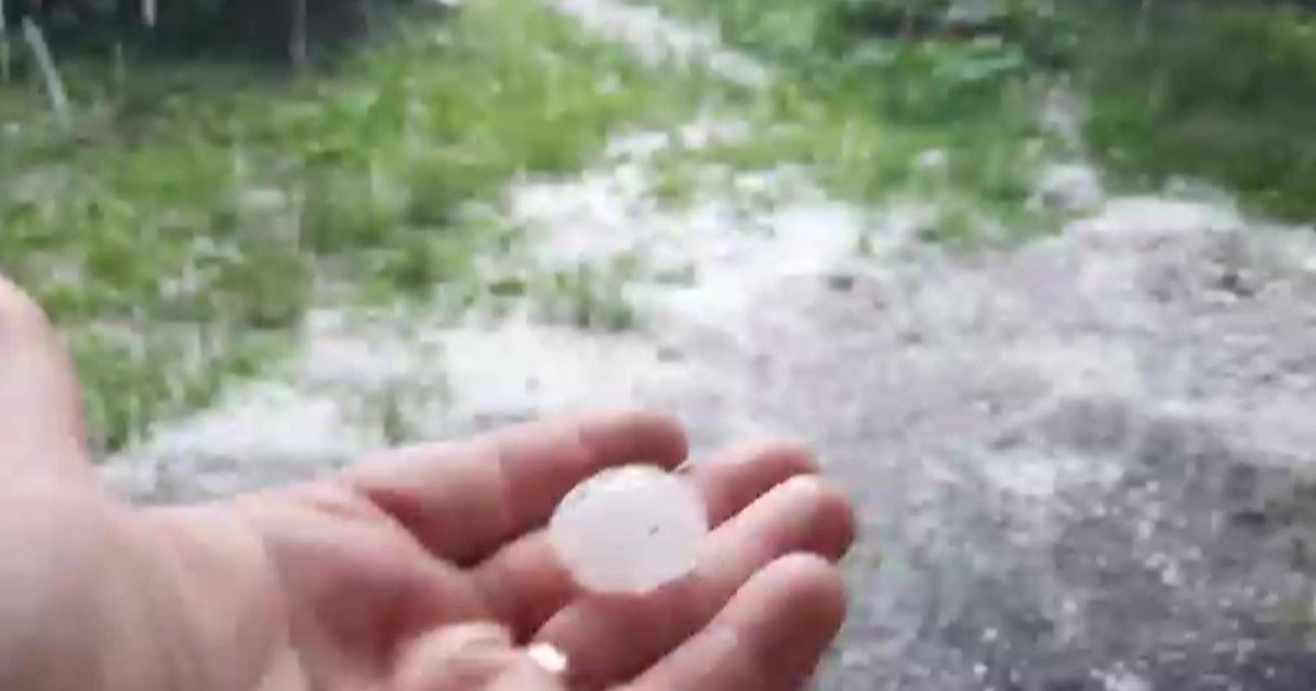 Дніпро після дощу засипало градом