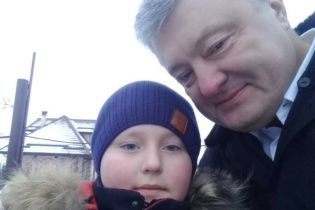 В интернете жестоко затюкали первоклассника, который сделал селфи с Порошенко