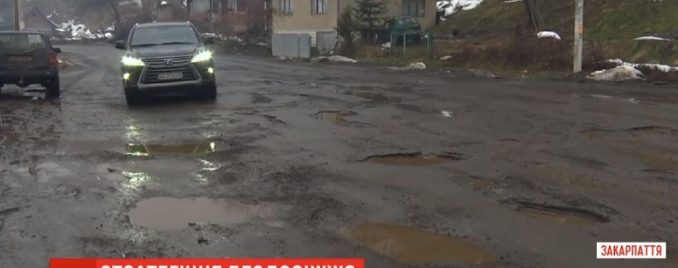 Глубокие ямы и лужи: на Закарпатье рассыпается стратегически важная трасса