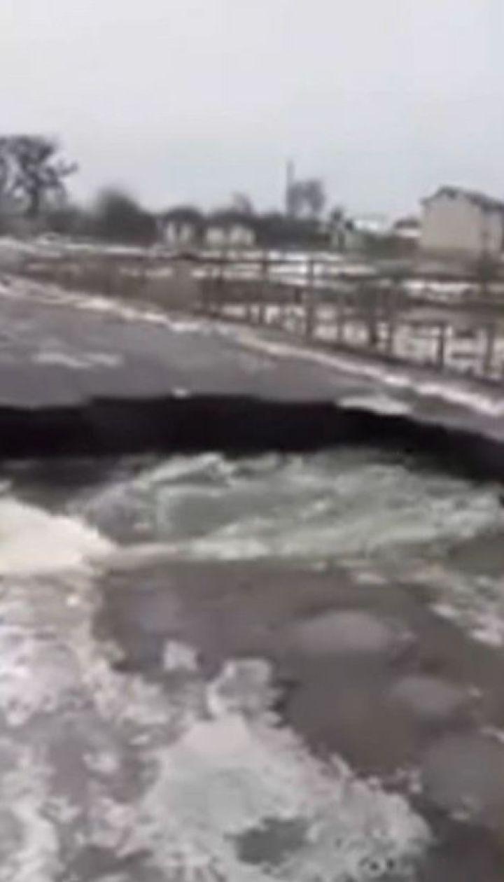 На Житомирщині раптова повінь розмила залишки мосту