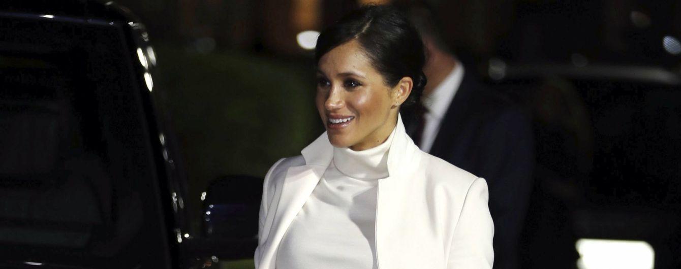 Беременная Меган оделась в белое и сияла улыбкой, несмотря на скандал с отцом