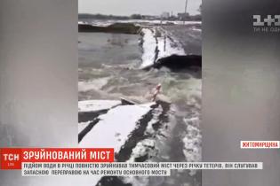 На Житомирщине внезапное наводнение за считанные часы разрушило мост