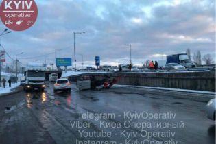 В Киеве на Выдубичах перевернулся трактор