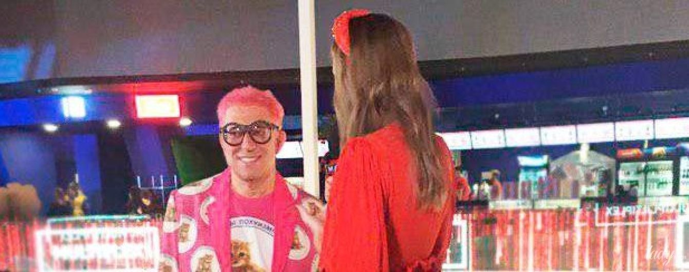 В розовом костюме и желтых колготках: Гарик Корогодский произвел фурор эпатажным образом на премьере фильма