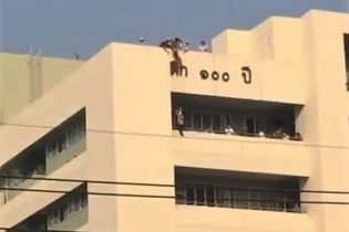 В Таиланде девочка чудом избежала падения с крыши благодаря своей рубашке