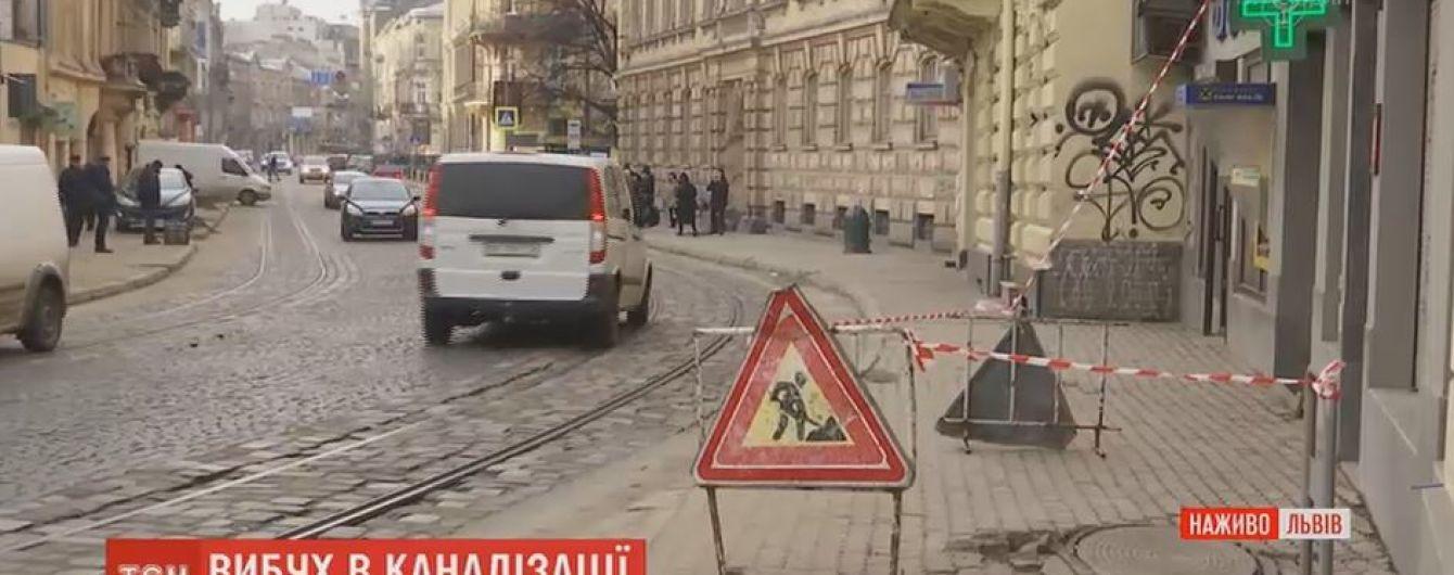 Во Львове произошел взрыв в канализационном люке на пешеходном тротуаре