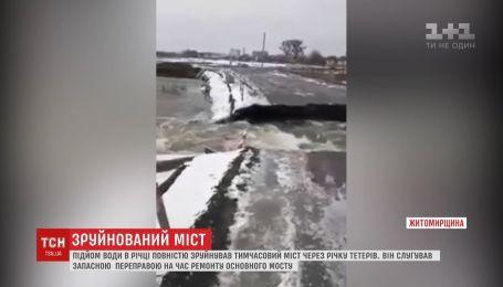 Подъем воды в реке полностью разрушил временный мост через реку Тетерев