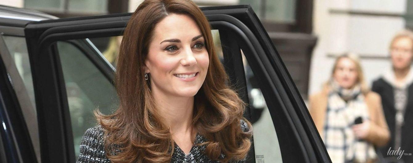 В твидовом жакете и короткой юбке: герцогиня Кембриджская приехала на конференцию в интересном образе