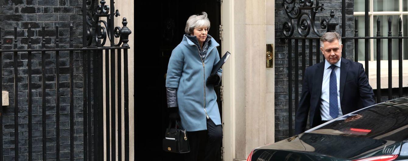 В улюбленому пальті і червоних туфлях: Тереза Мей на вулицях Лондона