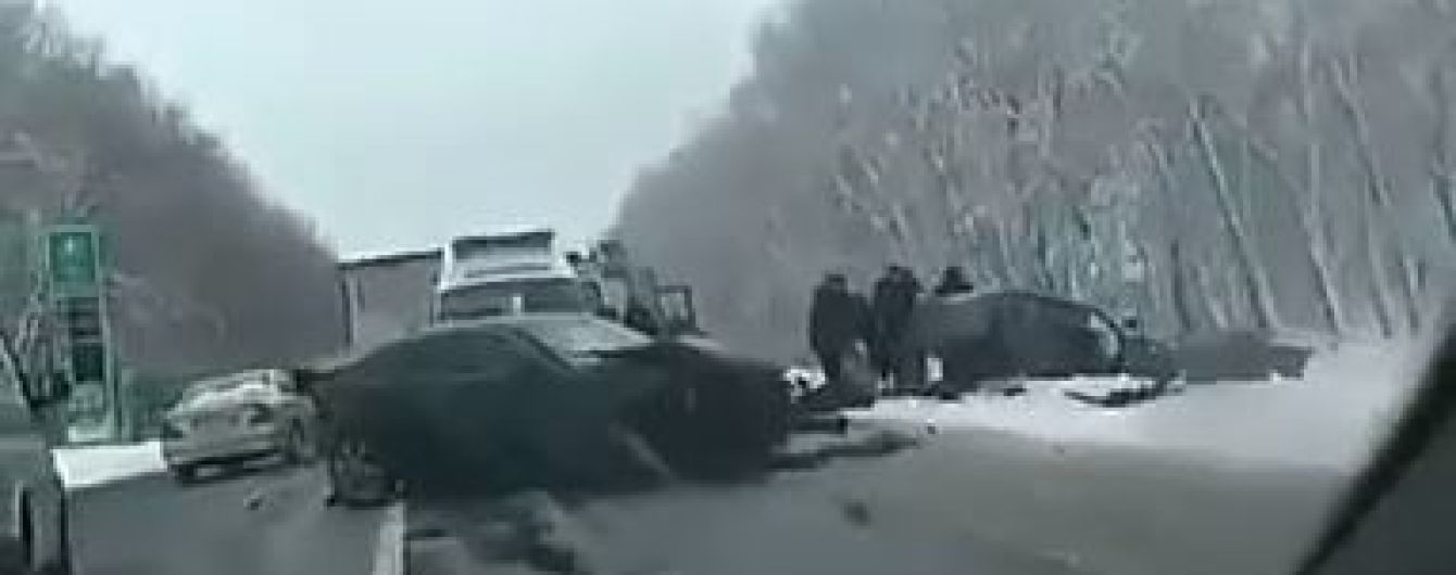 Под Киевом на заснеженной дороге в ДТП пострадал ребенок