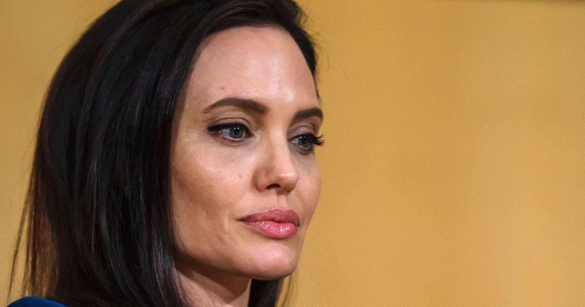 Джоли была шокирована визитом Питта на вечеринку к Энистон - СМИ