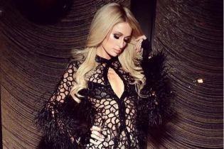 Обольстительная Пэрис Хилтон в платье-сетке эротично покрутила попой