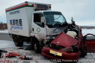 В России из-за сильного порыва ветра иномарку выбросило на встречку. Водитель погиб