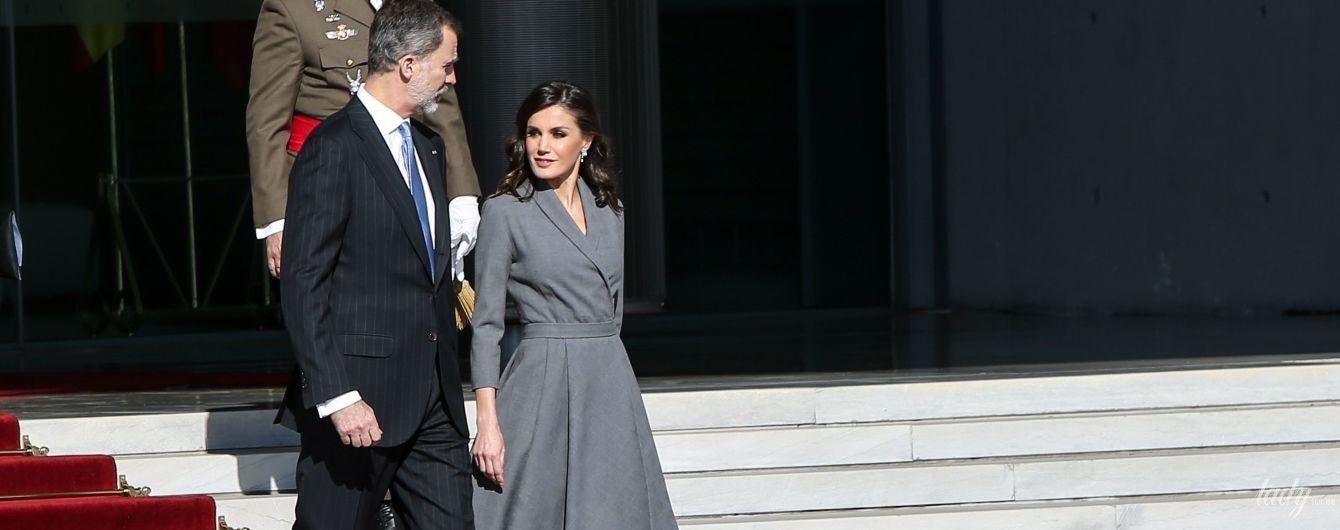 В элегантном сером: королева Летиция с мужем прилетела с визитом в Марокко