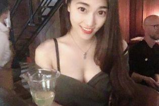 """На Тайване нашли """"горячую учительницу"""". Она преподает право и играет на флейте"""