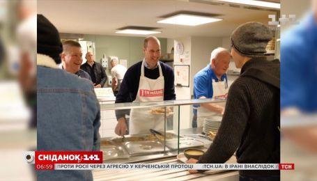 Принц Уильям в компании волонтеров помог приготовить для бездомных пасту Болоньезе