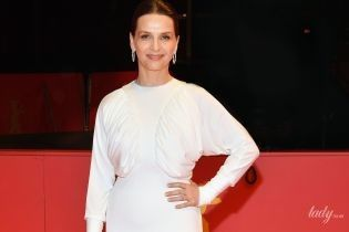 Невероятно красива: Жюльет Бинош в белом платье Burberry блистала на красной дорожке