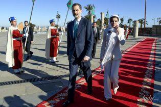 В белом брючном костюме: королева Летиция демонстрирует третий образ в туре по Марокко