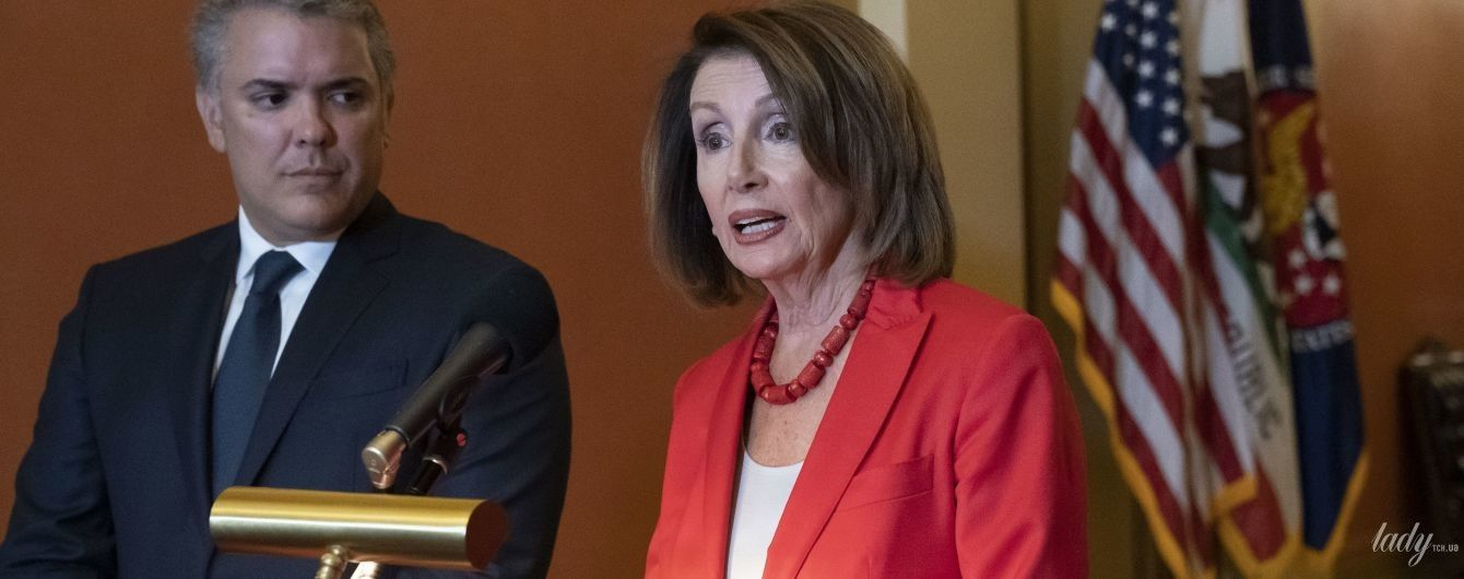 В красном костюме и ожерелье: эффектный спикер Палаты представителей США Нэнси Пелоси на деловой встрече
