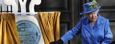 Что-то похудела: королева Елизавета II в ярком пальто посетила мероприятие в Лондоне