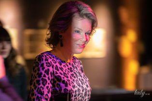 Удивила: королева Матильда в леопардовом платье и лаковых туфлях приехала на книжную выставку