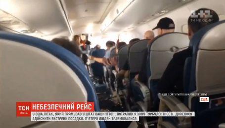 Из-за турбулентности самолет в США совершил экстренную посадку, есть травмированные