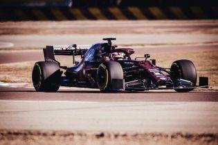 Команда Формулы-1 удивила праздничной окраской автомобиля на презентации
