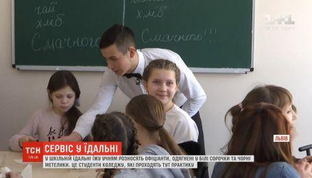 Наче у ресторані: в їдальні однієї з львівських шкіл їжу подають офіціанти