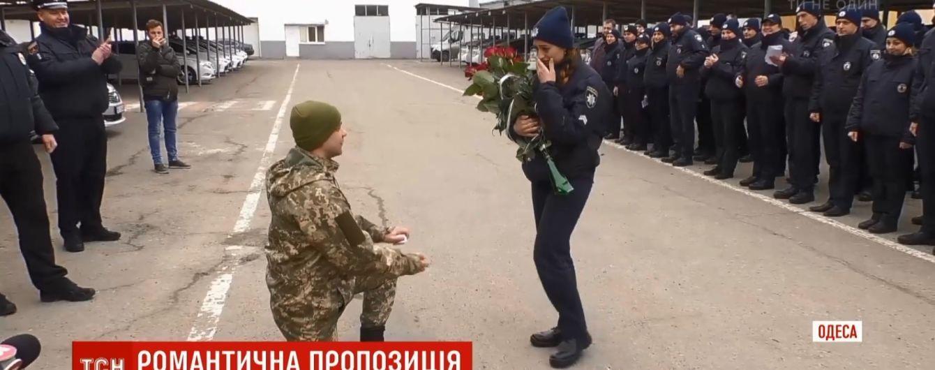 Военный сделал предложение девушке-полицейской на построении в день святого Валентина