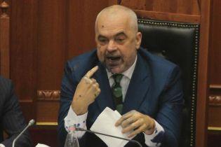 В албанском парламенте депутат брызнул чернилами в лицо премьер-министра