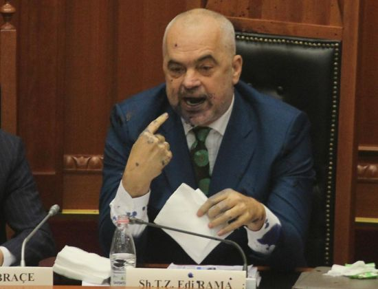В албанському парламенті депутат бризнув чорнилами в обличчя прем'єр-міністра